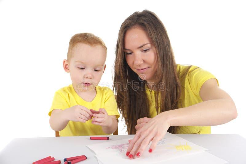 Мать и сын рисуют изображение совместно стоковое фото