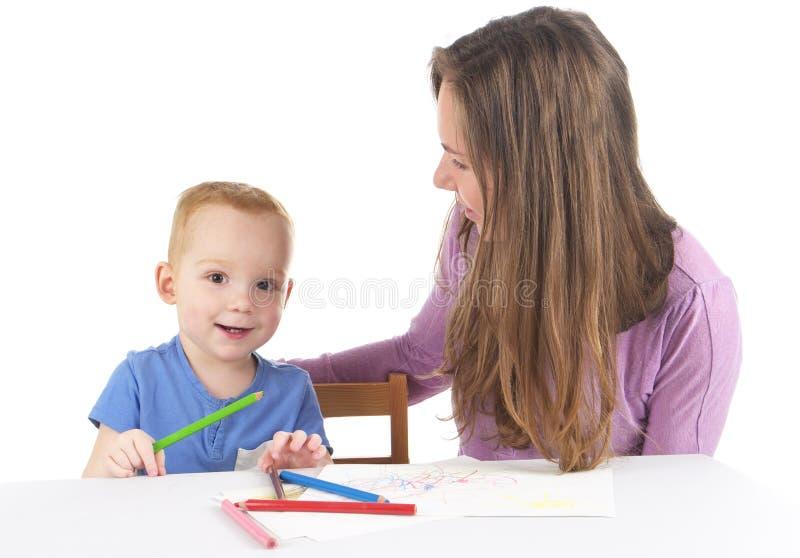 Мать и сын рисуют изображение совместно стоковые фотографии rf