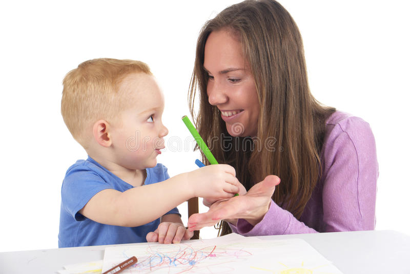 Мать и сын рисуют изображение совместно стоковое фото rf
