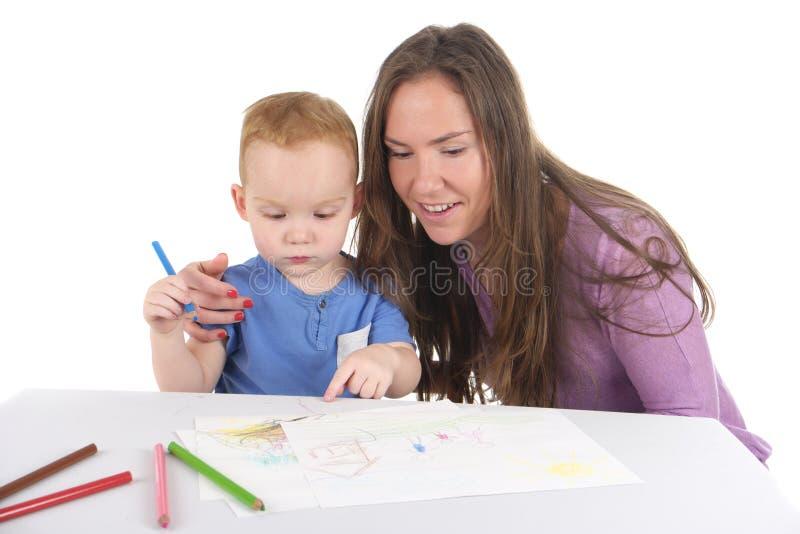 Мать и сын рисуют изображение совместно стоковые изображения rf