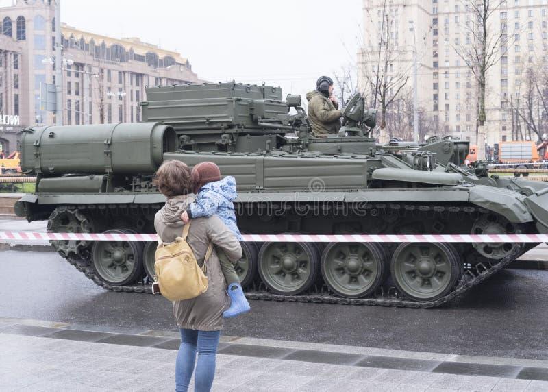 Мать и танк стоковые фото