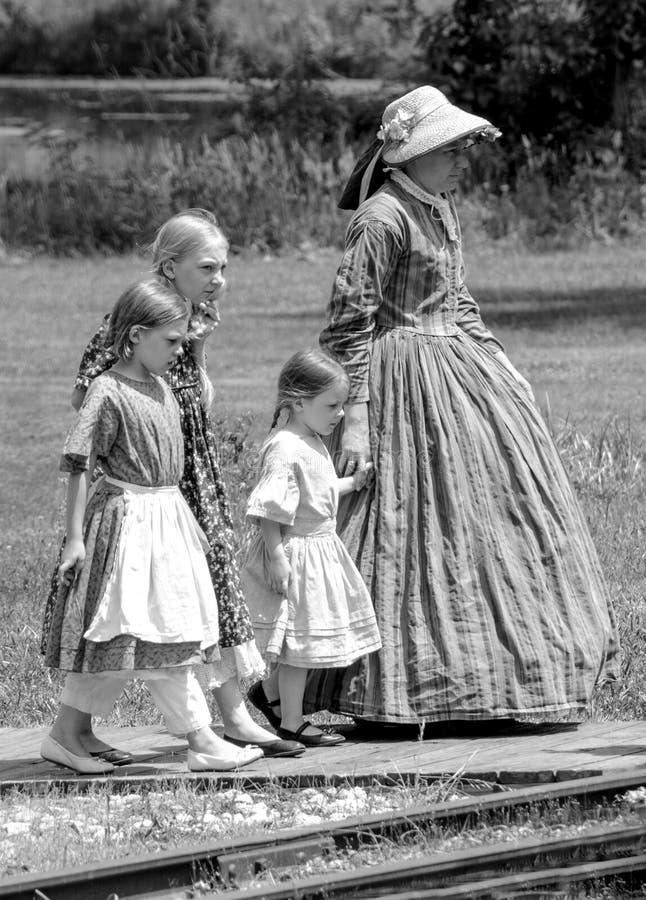 Мать идя с ее девушками стоковые изображения rf