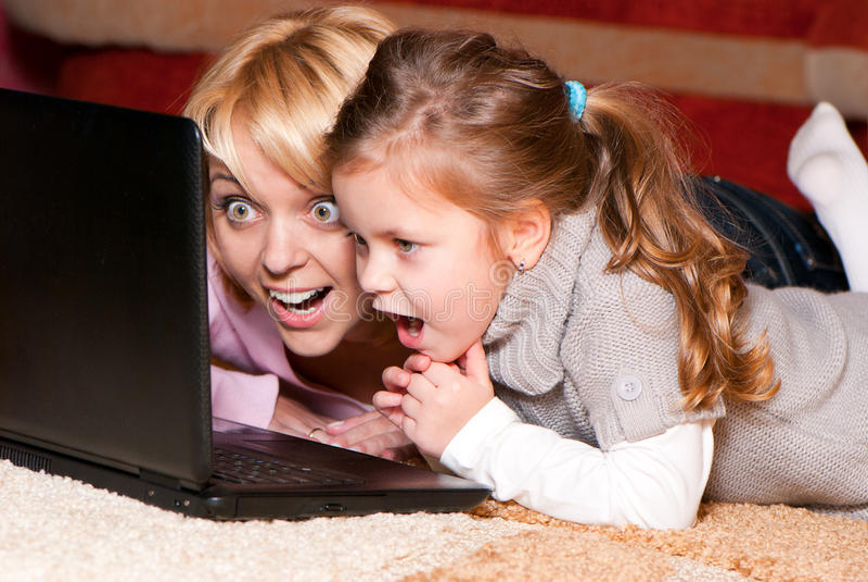 мать компьтер-книжки компьютера ребенка счастливая стоковое изображение rf