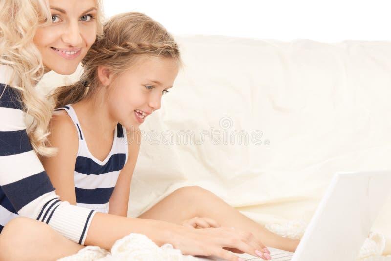 мать компьтер-книжки компьютера ребенка счастливая стоковая фотография