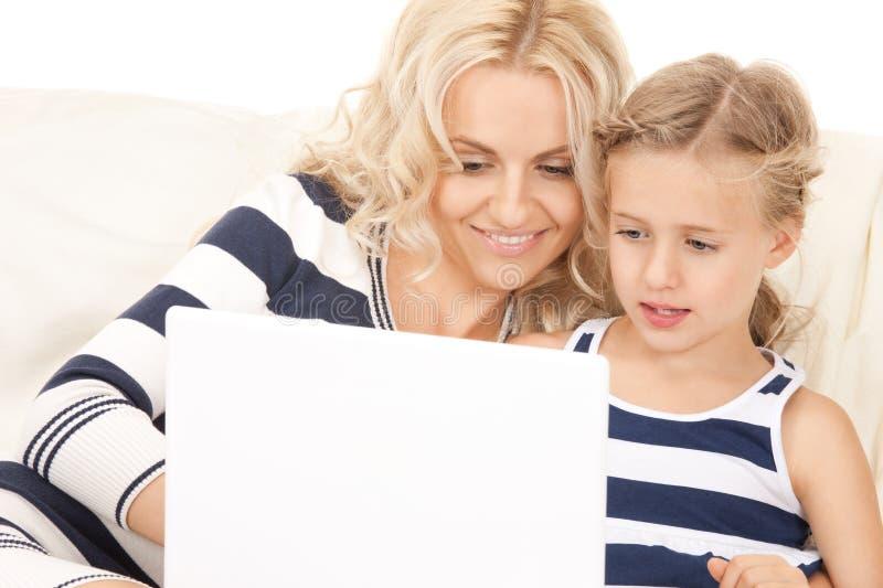 мать компьтер-книжки компьютера ребенка счастливая стоковые изображения rf