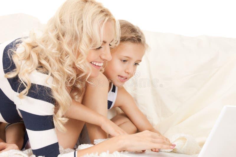мать компьтер-книжки компьютера ребенка счастливая стоковые фотографии rf