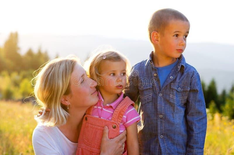 мать малышей семьи счастливая над ся белизной стоковая фотография