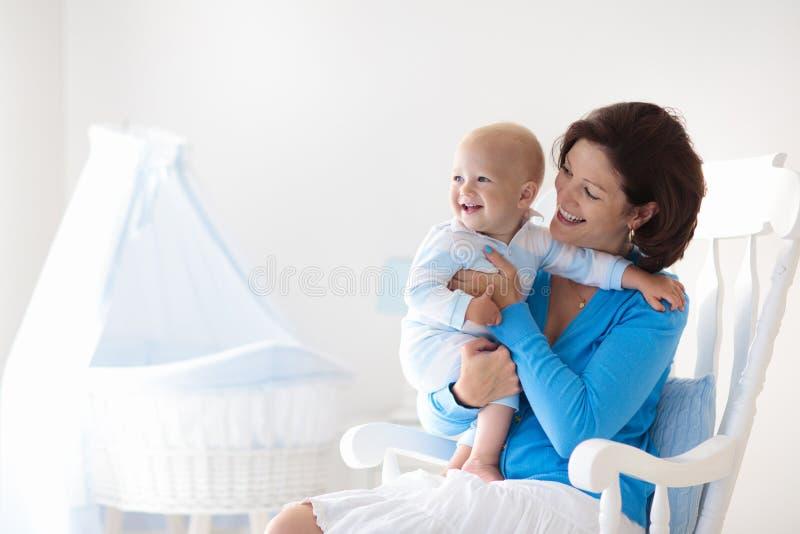 мать младенца домашняя Мама и ребенок в спальне стоковые фото