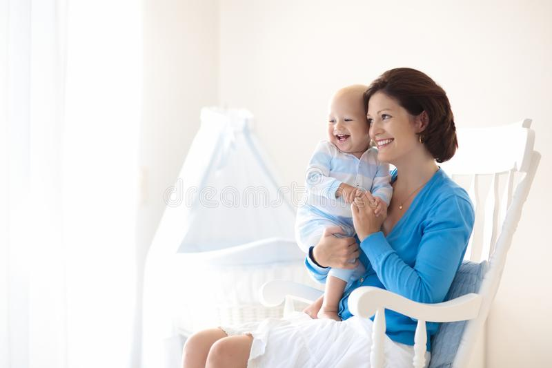 мать младенца домашняя Мама и ребенок в спальне стоковые изображения rf