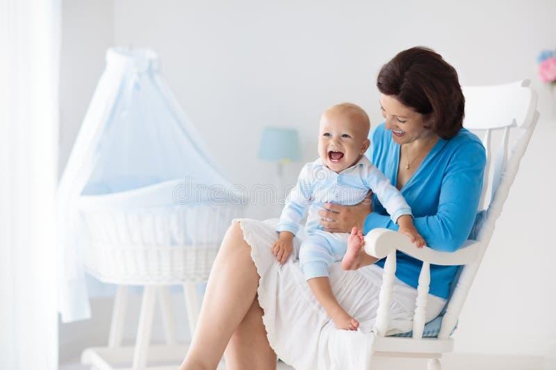 мать младенца домашняя Мама и ребенок в спальне стоковая фотография