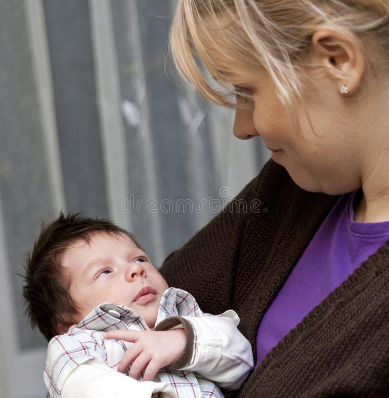 мать младенца прижимаясь newborn стоковые фотографии rf