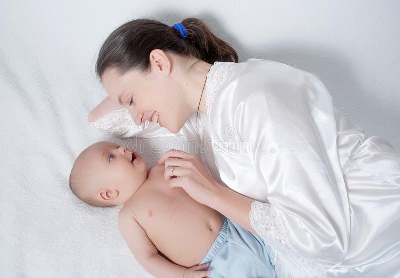 мать младенца счастливая стоковое изображение