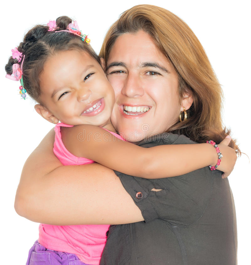 Мать обнимая ее малую multiracial дочь стоковое изображение