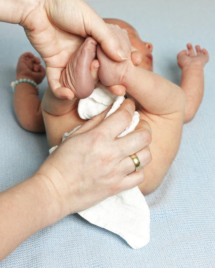 Мать обтирая дно ее младенца стоковое фото rf