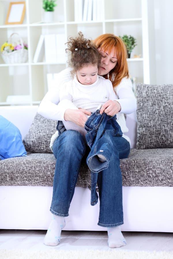 Мать одетьла ребенка стоковое фото rf