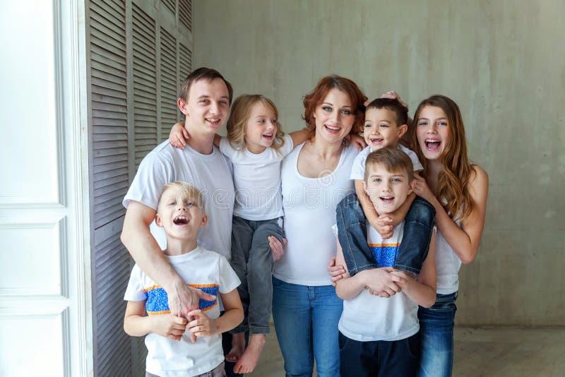 Мать, отец и 5 детей близко дома стоковое фото