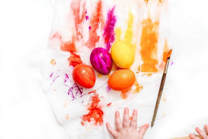 Мать, отец и сын красят яйца r стоковые изображения