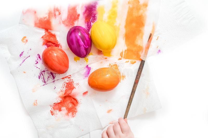 Мать, отец и сын красят яйца r стоковые изображения rf