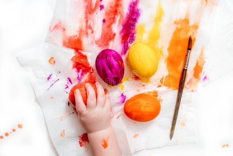 Мать, отец и сын красят яйца r стоковое фото rf