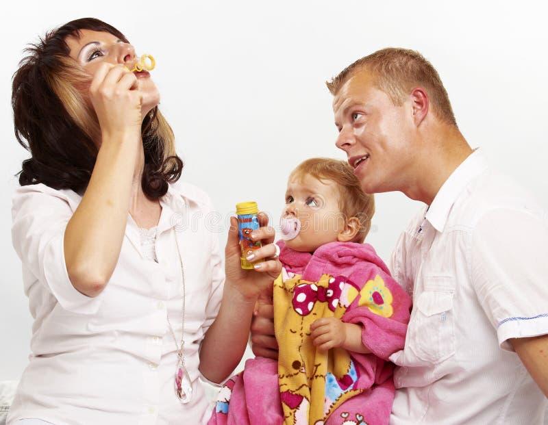 мать отца семьи предпосылки младенца счастливая изолированная над ся белыми детенышами стоковое изображение rf