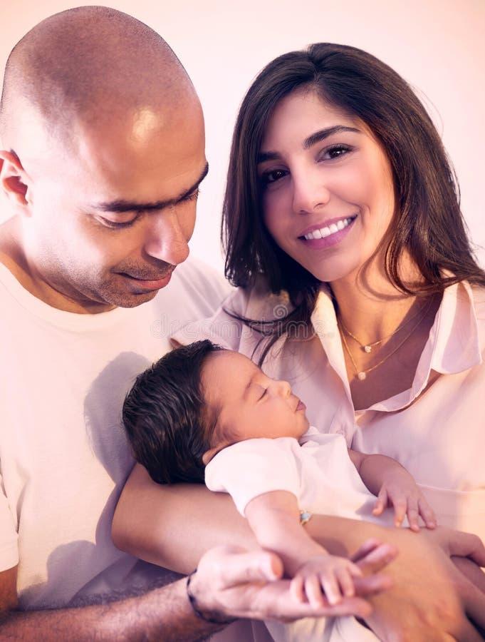мать отца семьи предпосылки младенца счастливая изолированная над ся белыми детенышами стоковая фотография