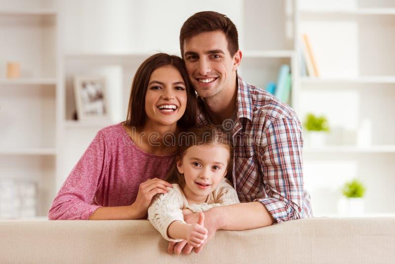 мать отца семьи предпосылки младенца счастливая изолированная над ся белыми детенышами стоковые изображения