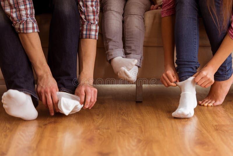 мать отца семьи предпосылки младенца счастливая изолированная над ся белыми детенышами стоковые фото