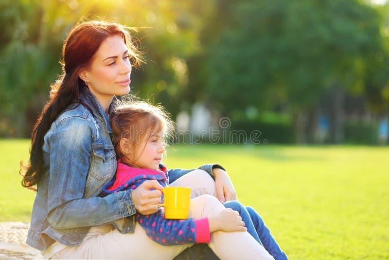 мать дочи outdoors стоковое фото rf
