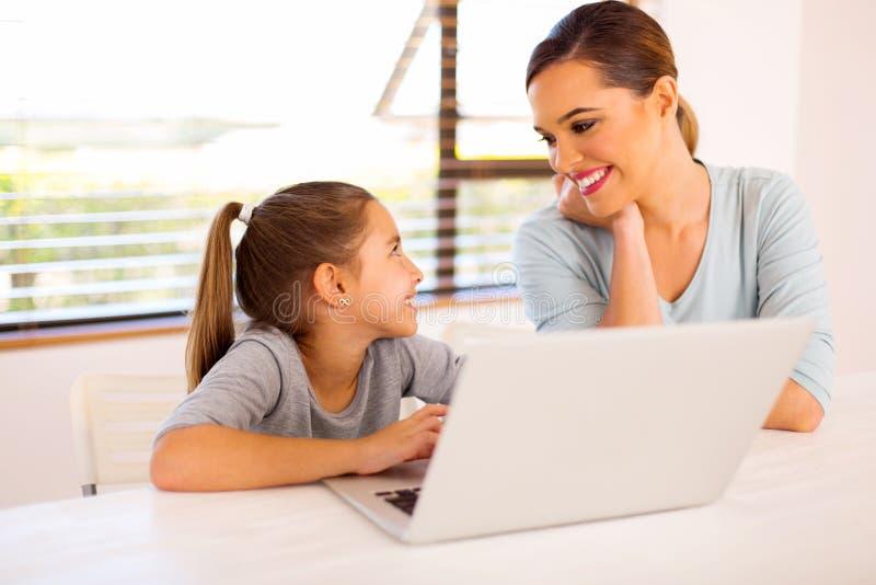 Мать портативного компьютера дочери стоковое фото rf