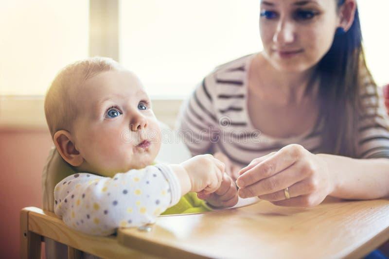 Мать подавая ее дочь стоковые изображения rf