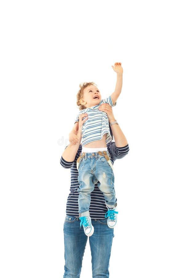 Мать поднимая вверх мальчика малыша