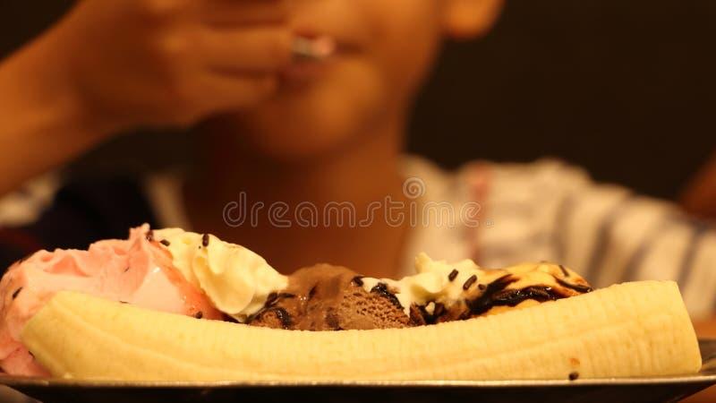 Мать при младенец есть мороженое стоковая фотография
