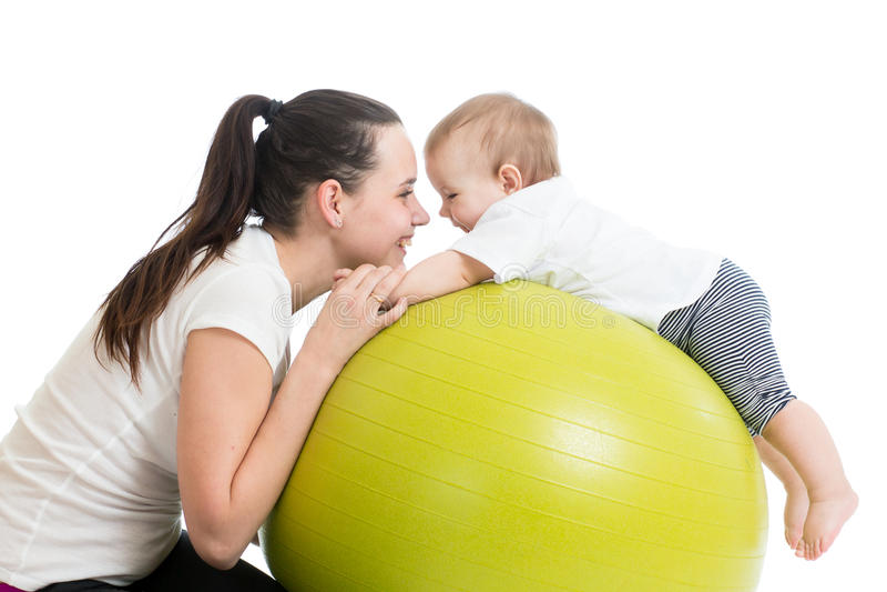 Мать при младенец делая гимнастику и имея потеху стоковое изображение rf