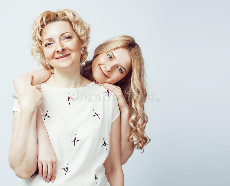 Мать при дочь совместно представляя счастливый усмехаться изолированный на белой предпосылке с copyspace, концепцией людей образа стоковые изображения rf