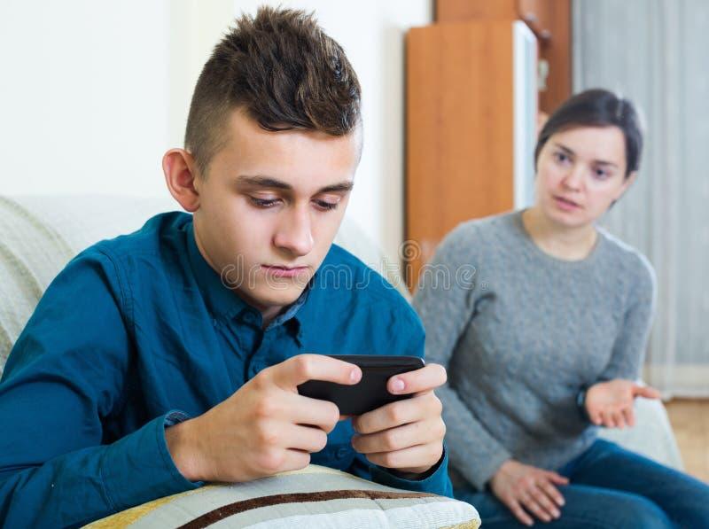 Мать прося внимание подростка стоковые фото