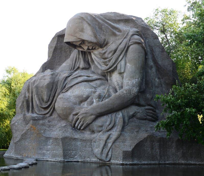 Мать скульптуры горюя в Волгограде стоковое изображение