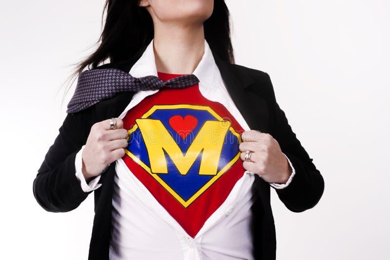 Мать срывает костюм полета супергероя одежды показывая равномерный стоковое фото rf