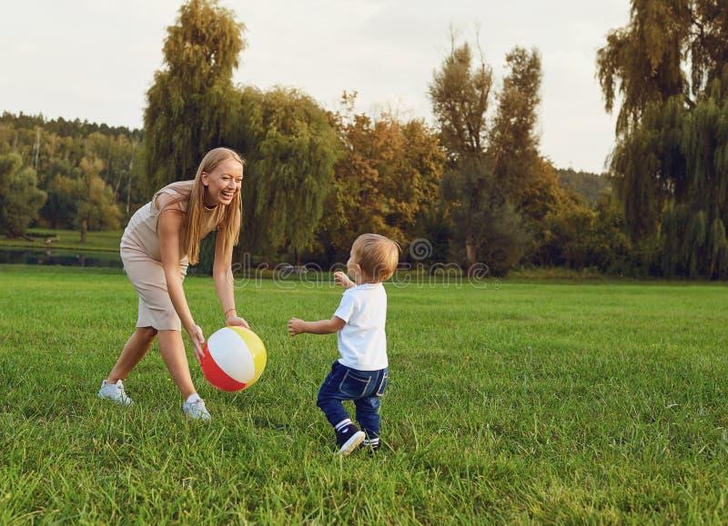 Мать с детские игры в парке стоковые изображения