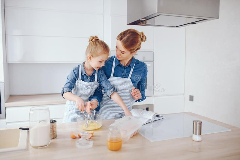 Мать с дочерью в кухне стоковые изображения rf
