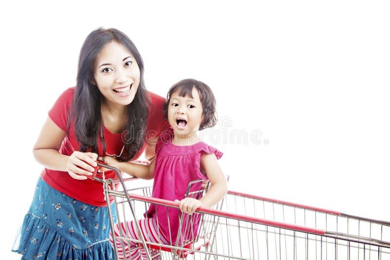Мать с дочью на вагонетке стоковые изображения rf