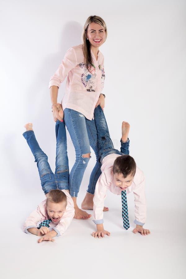 Мать с ее детьми играет стоковое фото