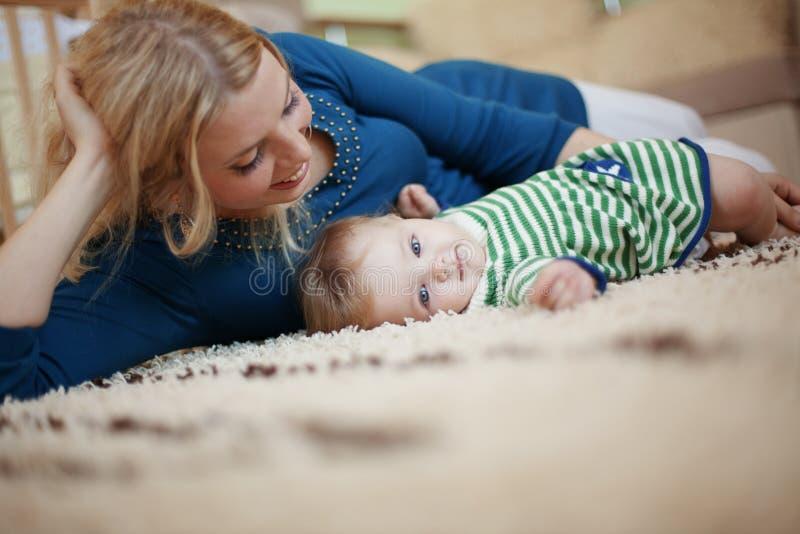 Мать с ее младенцем стоковая фотография
