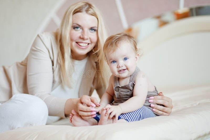 Мать с ее младенцем стоковые фотографии rf