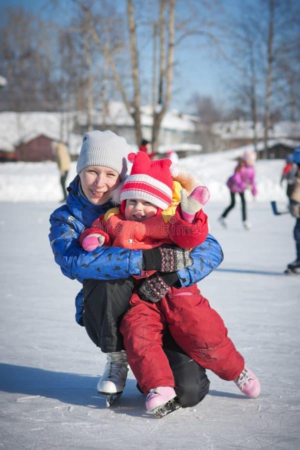 Download Мать с коньками младенца. стоковое изображение. изображение насчитывающей счастливо - 33734415