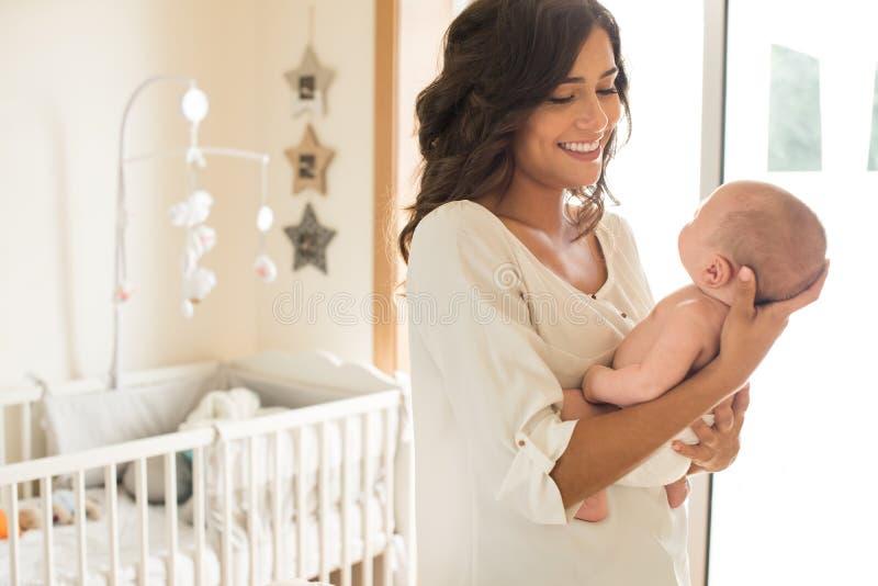 Мать с младенцем в рукоятках стоковая фотография
