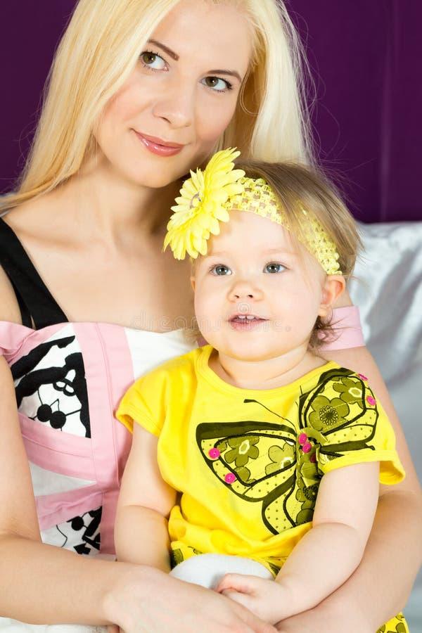 Мать с младенцем на ее подоле стоковые фото