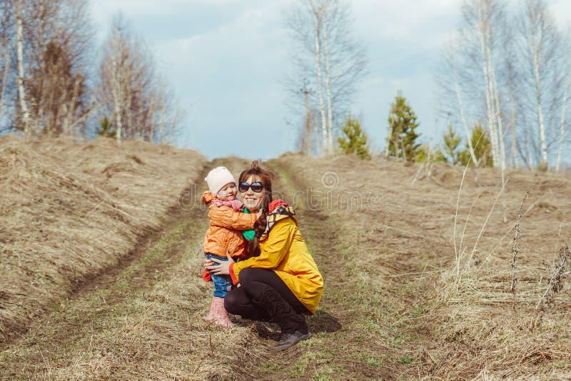 Мать с ребенком идя в лес осени стоковая фотография