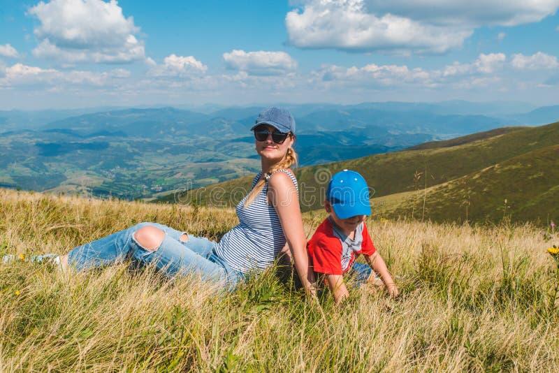 Мать с сыном поверх горы красивый взгляд ландшафта стоковая фотография