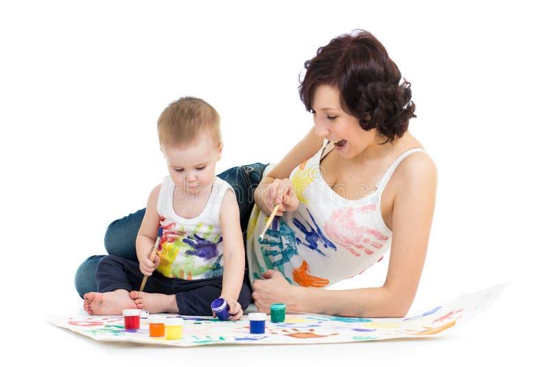Мать с чертежом и картиной мальчика ребенк стоковое изображение rf