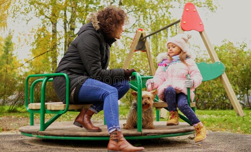 Мать с carousel катания дочери стоковые изображения rf